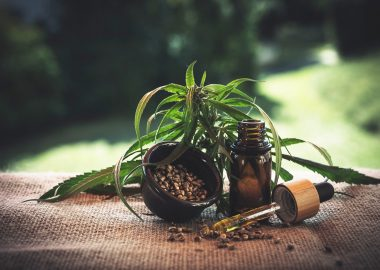 Flacon d'huile de cannabis avec la feuille.
