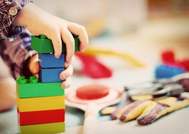 Un enfant jouant avec des blocs