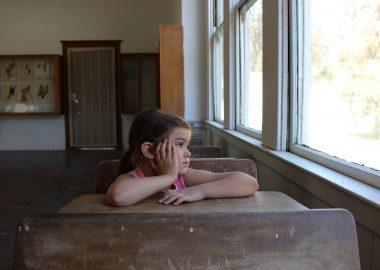 Jeune fille dans une classe d'école