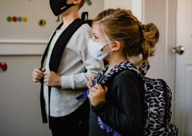 Des écoliers portant le masque