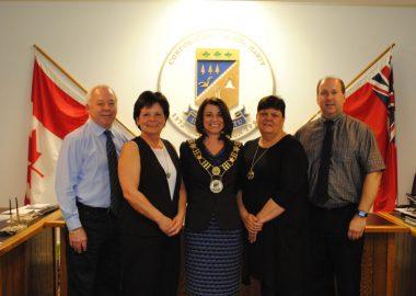 Les membres du conseil municipal de Val Rita-Harty incluant la mairesse Johanne Baril