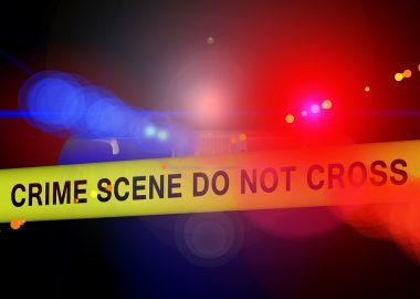 Bannière de scène de crime jaune devant de gyrophares bleu et rouge