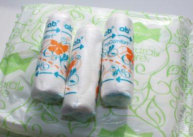 Une pile des tampons hygiéniques et des serviettes hygiéniques.