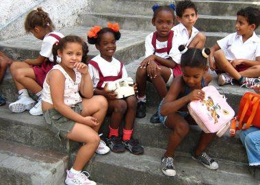 des petites écolières assisent