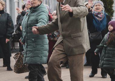 Des aînés dansant sur la rue.