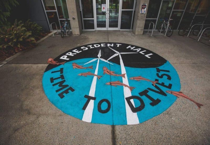 Un tag sur le sol à l'université de victoria en faveur du désinvestissement