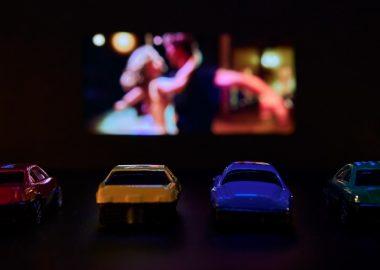 Quatre voitures devant l'écran géant d'un ciné-parc