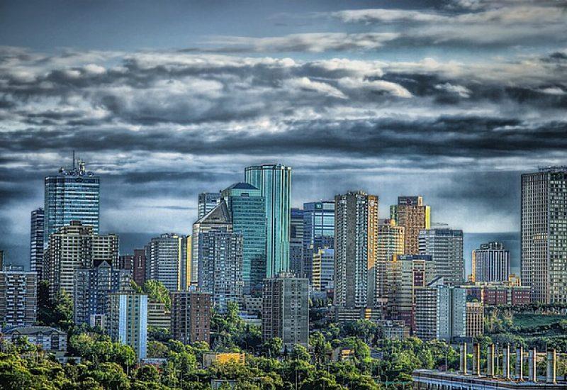 Les édifices du centre-ville d'Edmonton vue de l'autre côté de la rivière Saskatchewan Nord