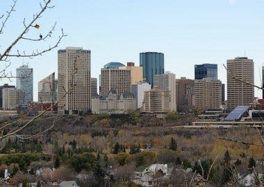 Vue sur le centre-ville d'Edmonton et ses nombreux édifices.