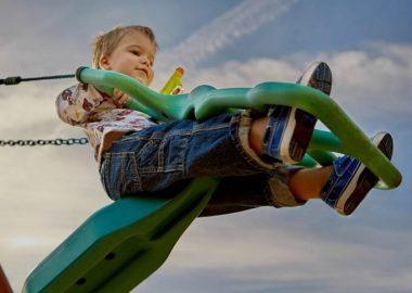 Un enfant sur une balancoire