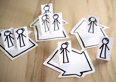 Des dessins montrant la distanciation sociale