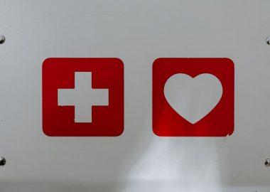 Une croix et un coeur rouge sur fond gris