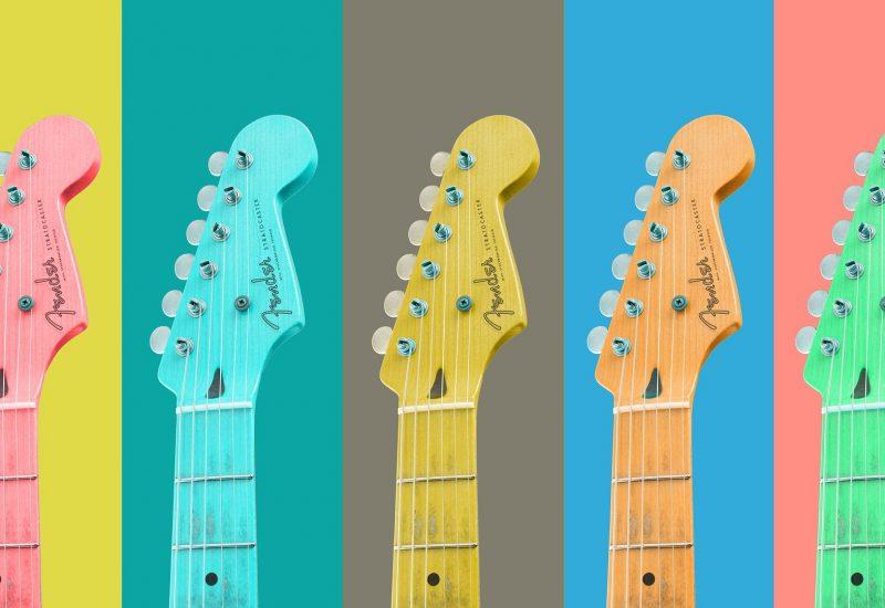 5 guitares de différentes couleurs