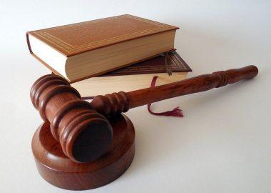 Marteau de président et livres de droits