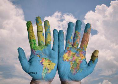 Deux mains avec la caret du monde y étant illustrée.