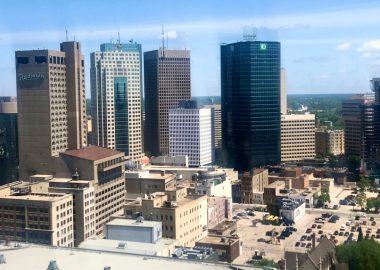 Un vue du centre ville de Winnipeg pendant le jour.