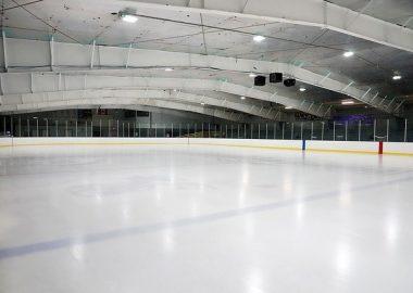 Intérieur d'une aréna avec vue sur la patinoire