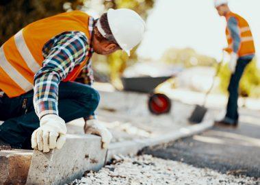 Des travailleurs effectuant des travaux de construction.