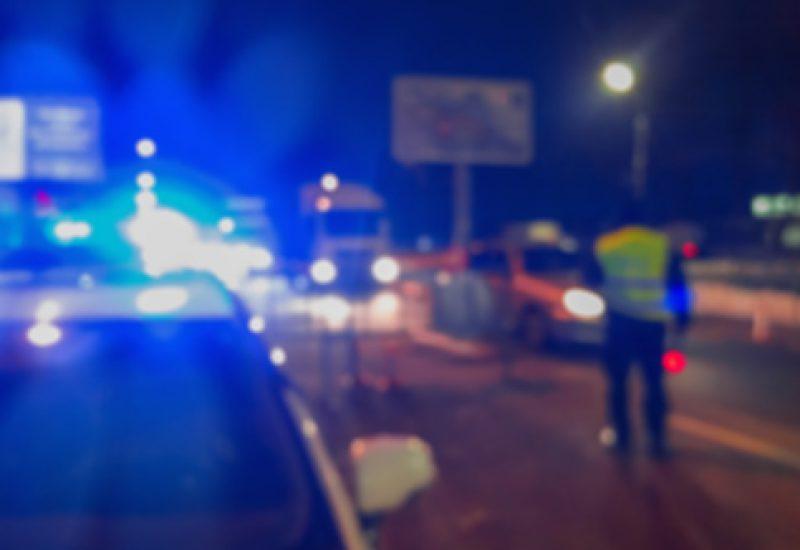Des policiers arrêtés sur l'autoroute.