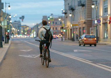 Un cycliste sur une rue.