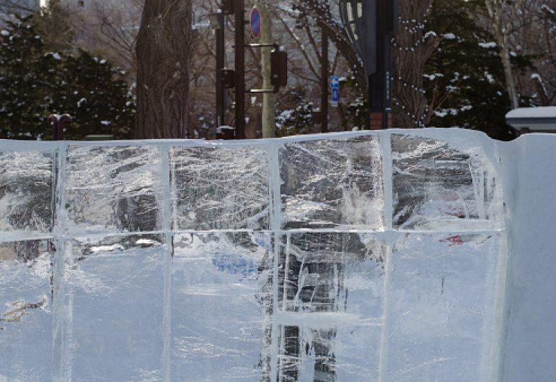 Un festival d'hiver extérieur.