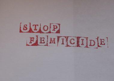 Les mots « Stop Feminide» étampés en rouge sur une feuille blanche.