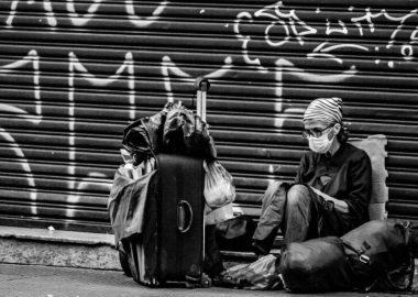 homme itinérant assis dans la rue
