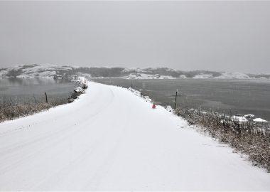 La route reliant le quai à l'aéroport de Tête-à-la-Baleine est sous juridiction fédérale (photo datant de décembre 2020). – Photo archives Ivonne Fuentes