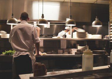 Des employés dans une cuisine de restaurants.