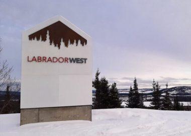 Monument de lentrée à Labrador Ouest sur paysage