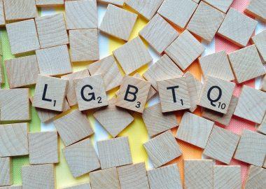 Lettre du jeu Scrabble où il est écrit LGBTQ+