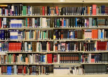 Des milliers de livres sur des tablettes dans une bibliothèque.