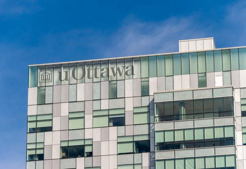 Le logo de l'Université d'Ottawa sur la façade de l'édifice des sciences sociales