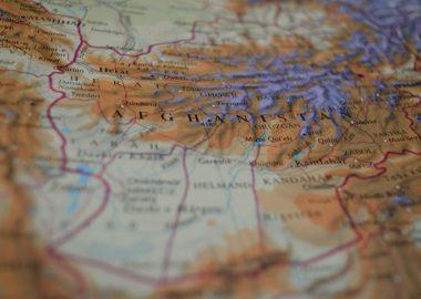 Une carte géographique montre le pays de l'Afghanistan et ses frontières.
