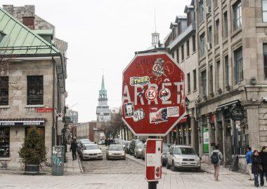 Panneau d'arrêt avec graffitis.