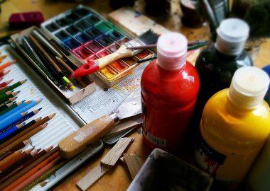 Des pinceaux et des bouteilles de peinture d'artiste.