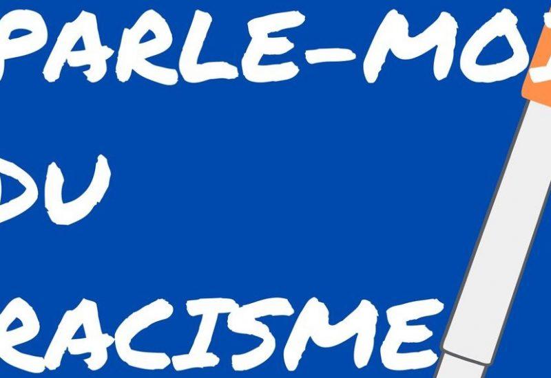 Une affiche qui dit « Parle-moi du racisme » avec un stylo au fond.