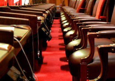 Les sièges et le plancher rouge du parlement canadien.