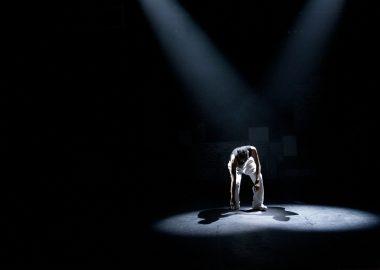 Un acteur qui performe sur une scène.