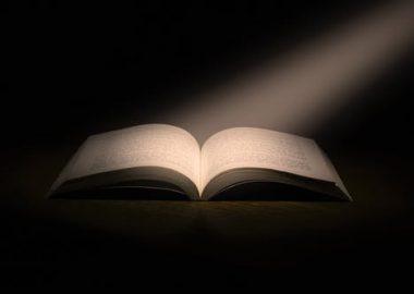 Lumière reflétant sur un livre ouvert.