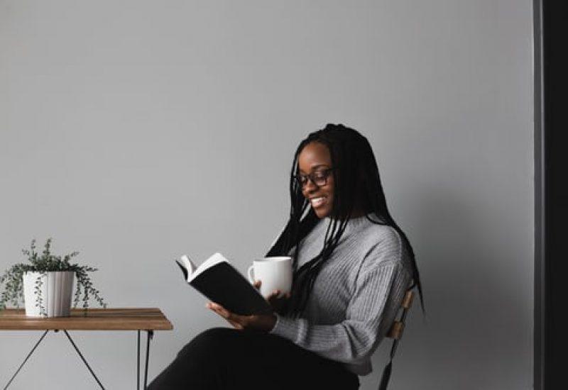 Une jeune femme lisant un livre
