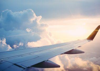 Un avion s'envolant vers le sud.