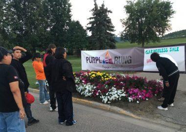 Des gens se tenant près de l'affiche de PurpleRung