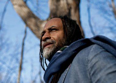 Homme noir devant un arbre