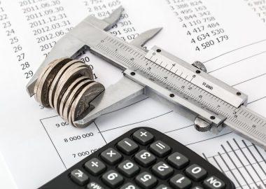 Des pièces d'argent et une calculatrice