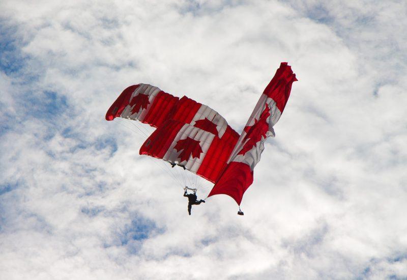 Soldat en parachute dans les airs.