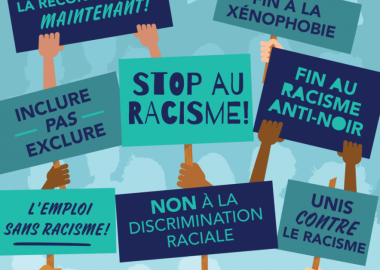 Illustration sur laquelle nous voyons des mains de toutes les couleurs de peau tenir des pancartes sur lesquels est écrit «Stop au racisme, fin au racisme anti-noir, non à la discrimination raciale, emploi sans racisme, inclure pas exclure, la réconciliation maintenant»