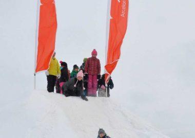 Des enfants glissent dans la neige