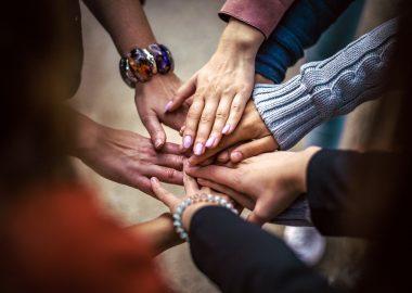 Des gens qui se donnent la main.