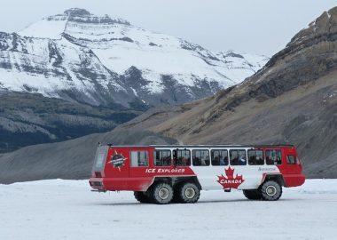 La montagne du glacier d'Athabasca avec l'autobus des visiteurs sur le glacier